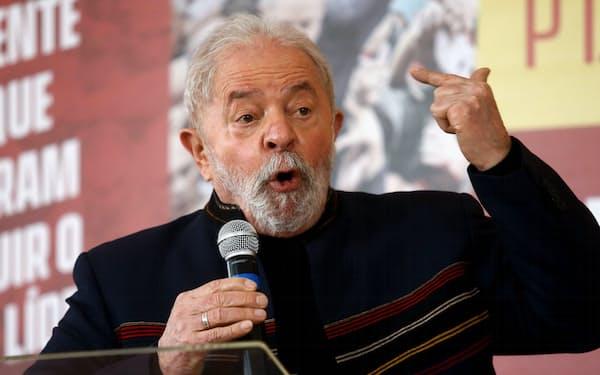 ブラジルのルラ元大統領は世論調査で首位を走る(8月、サンパウロ)=ロイター