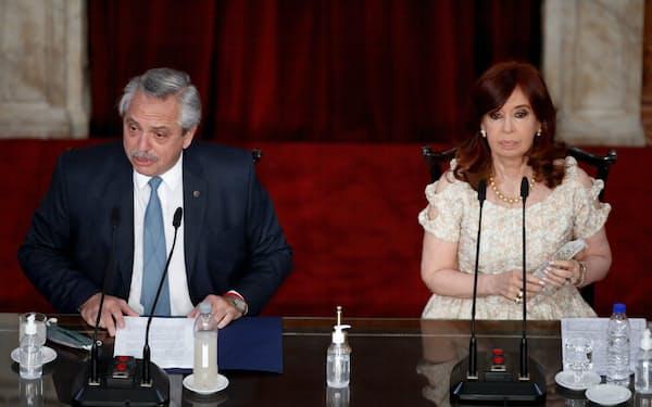アルゼンチンではクリスティナ・フェルナンデス副大統領㊨の影響力が増している(3月、ブエノスアイレス)=ロイター