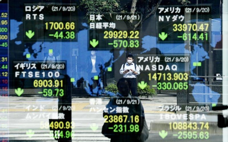 3万円を割り込んだ日経平均株価と、値を下げた世界の株式市場(21日午前、東京・八重洲)