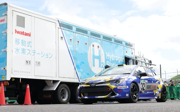 水素燃料の補給を終えたトヨタ自動車の水素エンジン車(18日、三重県鈴鹿市の鈴鹿サーキット)
