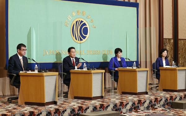 河野氏㊧が提起した年金改革に対する岸田氏(左から2人目)や高市氏(同3人目)の反論は説得力が乏しかった(18日の日本記者クラブ主催の討論会で)=共同