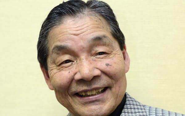 インタビューに答える笑福亭仁鶴さん=2012年6月、大阪市港区