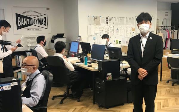 西部ガス絆結の事業所で働く障害者らと船越社長㊨(福岡市)