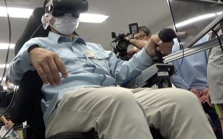 VRを使った建設重機の遠隔操作での心理的負荷を測定した(実証実験の様子)