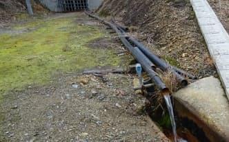 鉱山からは廃水が流れ続ける=JOGMEC提供
