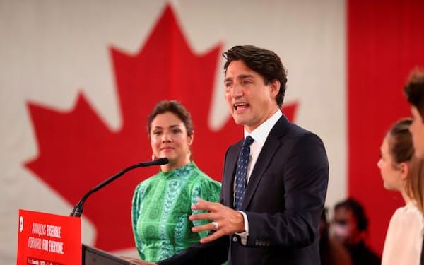 21日、カナダ・モントリオールで支持者にあいさつするトルドー首相=ロイター