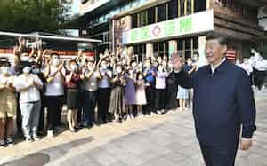 中国河北省を視察する習近平国家主席(右、8月24日)=新華社・共同