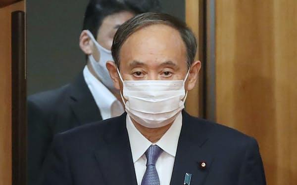 閣議に臨む菅首相(21日午前、首相官邸)