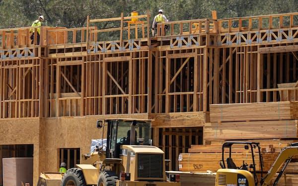 建設中の集合住宅(米カリフォルニア州)=ロイター