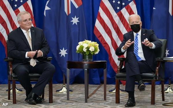 21日、バイデン米大統領(右)とモリソン豪首相は欧州との関係修復に意欲を示した(ニューヨーク)=AP