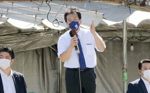 街頭演説する枝野氏(20日、千葉県我孫子市)=共同