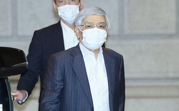 金融政策決定会合に出席するため、日銀本店に入る黒田総裁(22日午前)=代表撮影