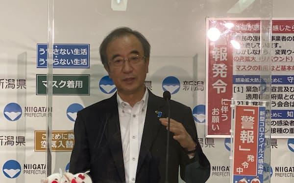 記者会見する花角知事(22日、新潟県庁)