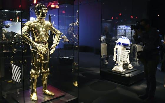 アカデミー映画博物館に展示された映画「スター・ウォーズ」のロボット「C-3PO」(左)と「R2-D2」(米ロサンゼルス)=共同