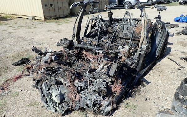 2021年4月17日に米テキサス州で事故を起こしたテスラのEV。木への衝突で、EVの前方に搭載したバッテリーパックが損傷し、火災が発生した(出所:米国家運輸安全委員会)