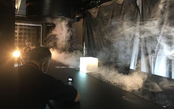 大林組技術研究所の竜巻などの発生装置。事前に煙を充満させてから筒の下で竜巻を起こす