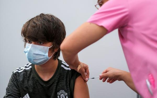 子どもなど若い世代へのワクチン接種も進む中、3回目の接種についてさまざまな意見がある=ロイター