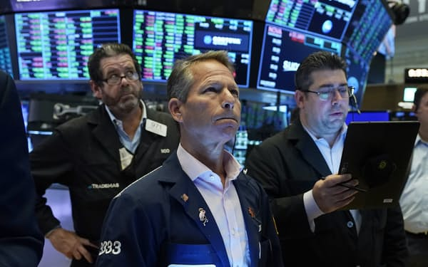 中国恒大集団の問題が米国株にも影を落とす(ニューヨーク証券取引所)=AP