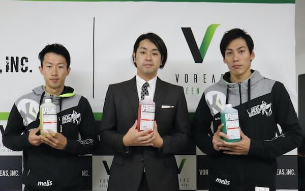 「SLOW」を手に持つヴォレアスの池田憲士郎社長㊥と選手