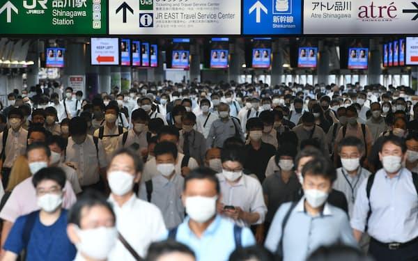 マスク姿で通勤する人たち(8月30日、東京・JR品川駅)