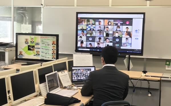 企業や茨城県の関係者による講演後、水戸工業高校の生徒が講師に質問した(水戸市)