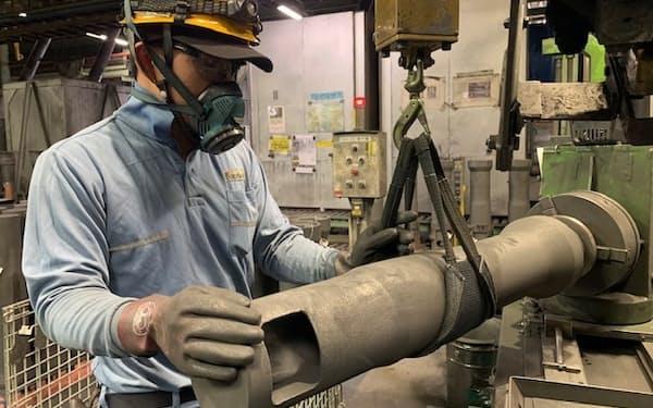 鉄の不純物を取り除くなど、耐火物に求められる役割は増えている(北九州市の本社工場)