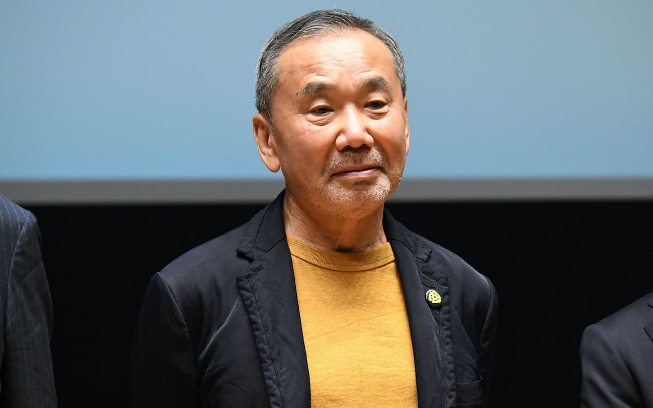 記者会見に出席した村上春樹氏(22日、東京都新宿区)