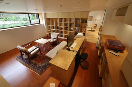 村上春樹さんの書斎を再現した空間。プレーヤー、アンプ、椅子は本人が使っているものと同じ製品。机の素材、ソファ、絨毯は似たものを使用している