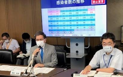 記者会見する熊本県の蒲島知事(22日、県庁)