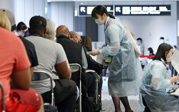海外から訪れた人たちの対応をする成田空港の検疫エリア