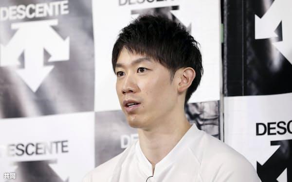 イタリア出発を控え、記者会見するバレーボール男子の石川祐希(22日)=共同