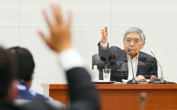 金融政策決定会合を終え、記者会見する日銀の黒田総裁(22日午後、日銀本店)