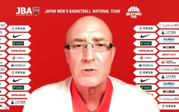 オンラインで記者会見するバスケットボール男子日本代表のトム・ホーバス新監督(22日)=共同