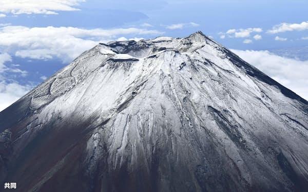 「初冠雪」の宣言が見直されることになった富士山(7日)=共同