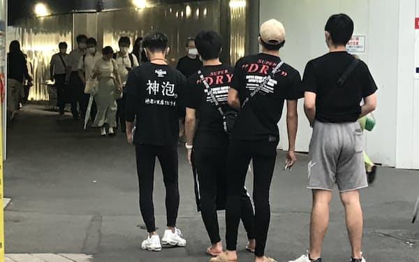 千葉駅近くで客引きをする若者ら