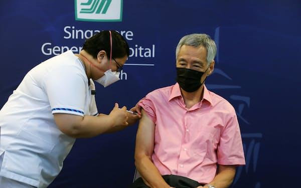 新型コロナウイルスワクチンの3回目の追加接種を受けるリー・シェンロン首相(17日)=シンガポール政府提供