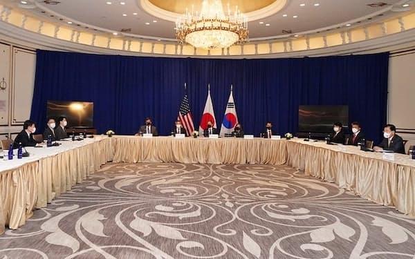 ニューヨークで開かれた日米韓外相会談=外務省提供