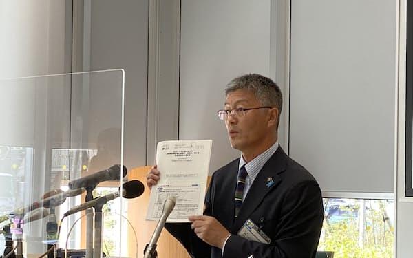 記者会見する桜井市長(23日、柏崎市役所)