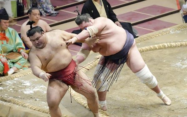 休場した高安(左)。11日目の照ノ富士との対戦で土俵下へ転落後しばらく立ち上がれなかった(両国国技館)=共同