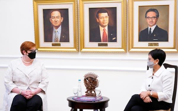 会談するインドネシアのルトノ外相㊨とペイン豪外相(9月、ジャカルタ)=ロイター