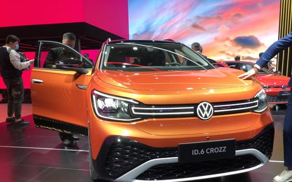 VWが中国専用に車体を大型化したEV「ID.6」(4月、上海)