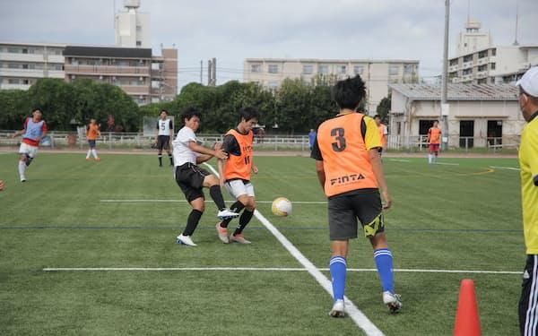 練習に励む大阪市立大のサッカー部。2022年のシーズンは大阪府立大との合同チームで臨む。