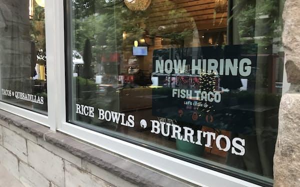 求人広告を掲げるレストラン(米メリーランド州)