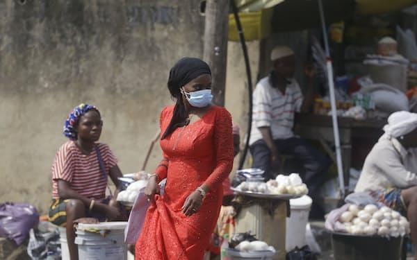 コロナ禍で日用品をネットで買う消費者が増えた(ナイジェリア最大都市ラゴスの市場)=AP