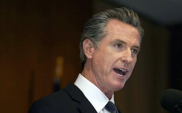 米カリフォルニア州のニューサム知事は労働者の保護を優先した(14日、同州サンフランシスコ)=AP
