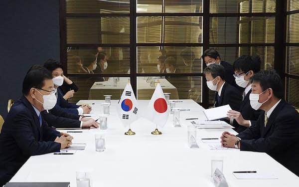 韓国の鄭義溶外相(左端)と会談する茂木外相(右端)=23日、ニューヨーク(外務省提供・共同)