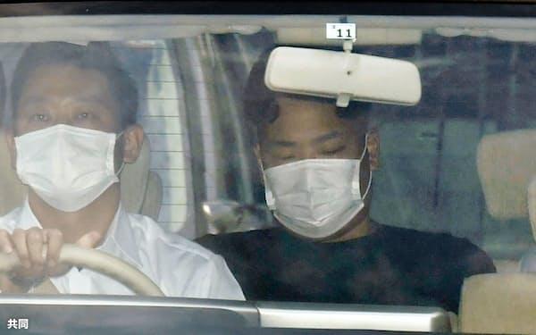 送検のため大阪府警摂津署を出る松原拓海容疑者(24日午前)=共同