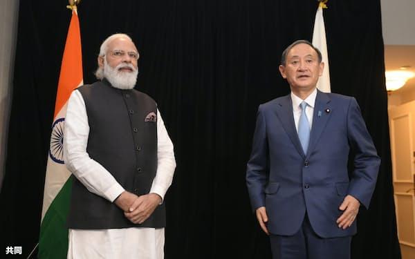 会談前に記念撮影する菅首相(右)とインドのモディ首相(23日、ワシントン)=共同