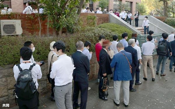 初公判の傍聴券を求めて並ぶ人たち(24日午前、名古屋地裁)=共同