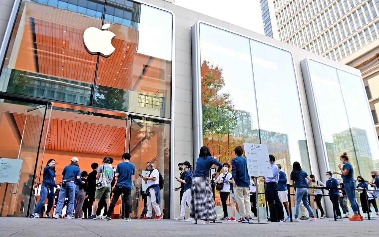 新型スマートフォン「iPhone13」シリーズが発売され、列を作って直営店に入る人たち(24日午前、東京都千代田区の「アップル丸の内」)